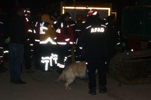 Elazığ'da enkazlar, hassas burunlu köpeklerle aranıyor