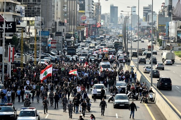 Lübnan'da devam eden gösterilerde halk yolları kapadı